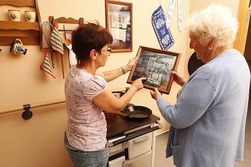 Senioren schauen ein Bild an