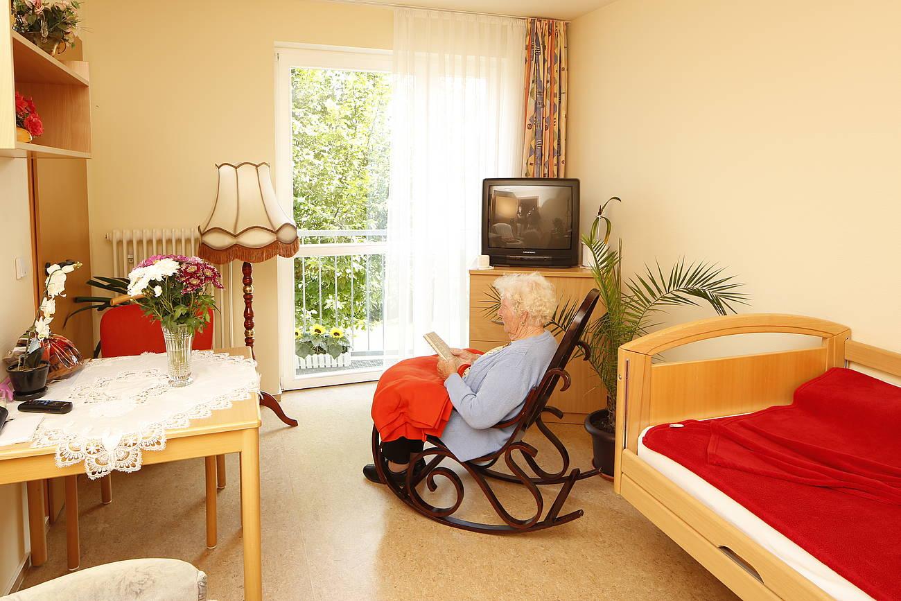 Bewohnerzimmer mit Seniorin