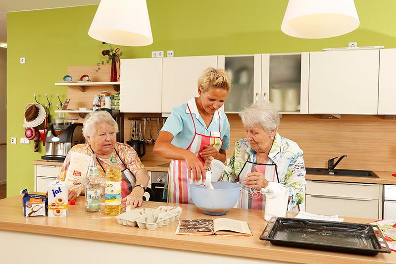 Seniorinnen beim Backen