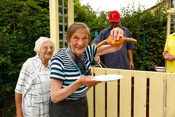 Seniorin mit Bratwurst